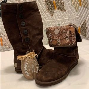 Ugg Boots Lo Pro Brown W/side buttons Size 10